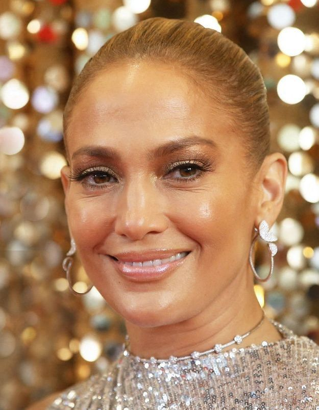 Jennifer Lopez : que pense-t-on de sa dernière robe rouge ultra-moulante ?