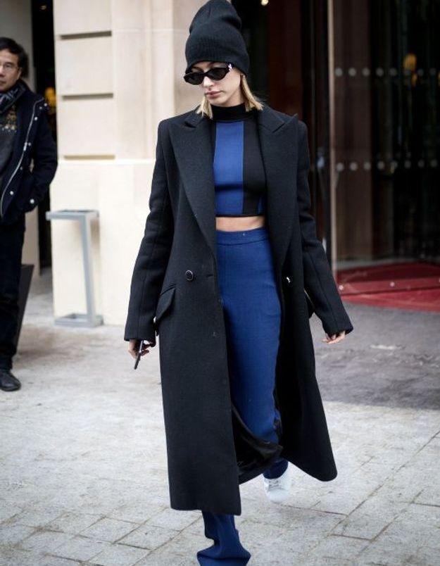 Hailey Baldwin en bleu et noir