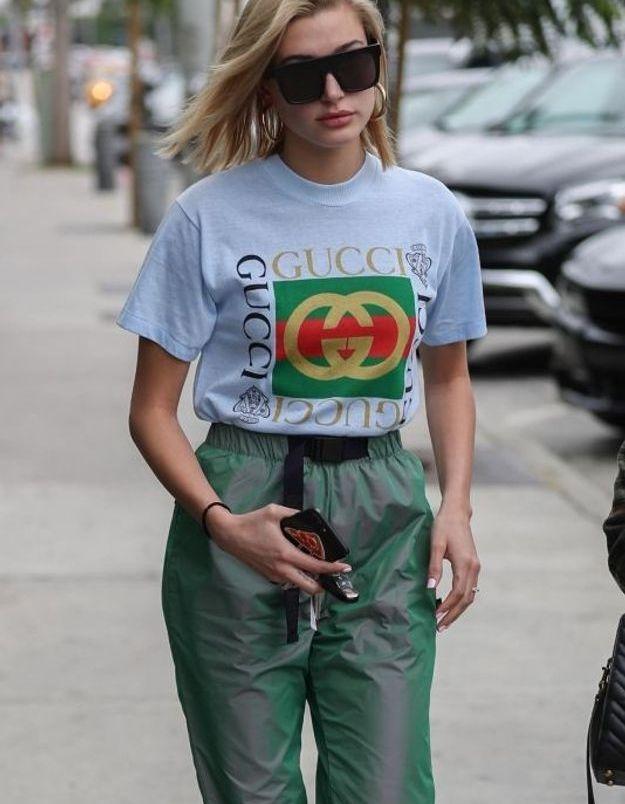 Hailey Baldwin en tee-shirt Gucci
