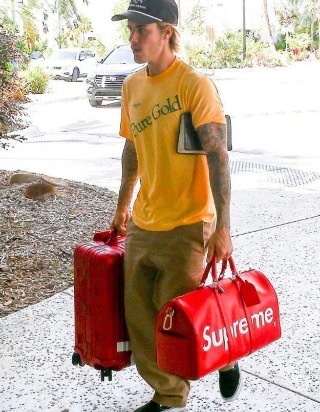 Justin Bieber avec ses bagages Suprême x Vuitton