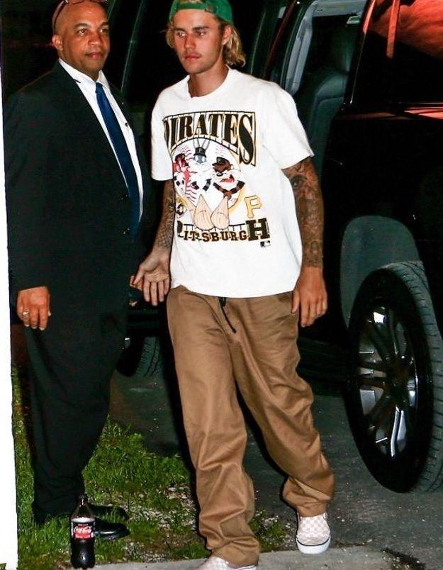 Justin Bieber en pantalon camel