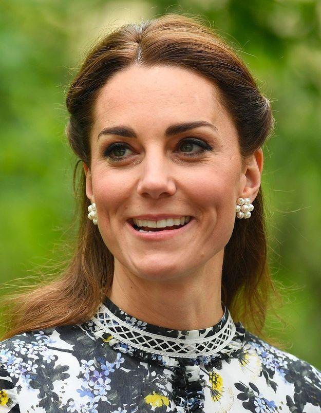 Kate Middleton a-t-elle enfreint le protocole en présence de la reine ?