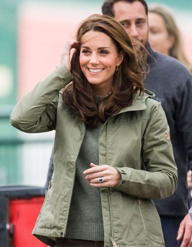 Kate Middleton en jean Zara pour sa première visite officielle depuis la naissance du bébé