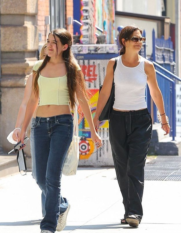 Katie Holmes et Suri Cruise, jumelles de style en crop top et jean