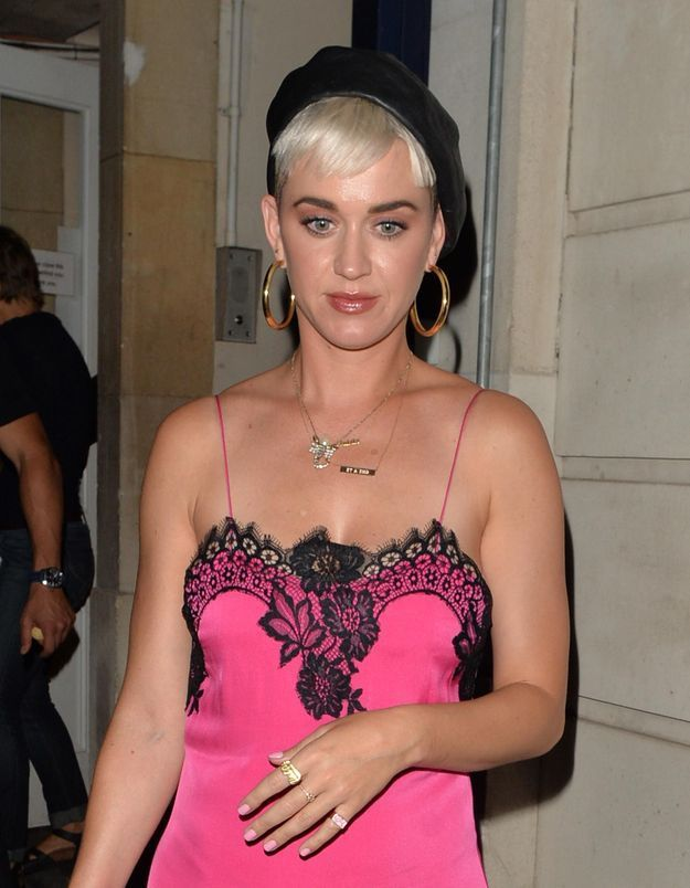 Katy Perry : peut-on nous aussi oser le combo nuisette + baskets ?