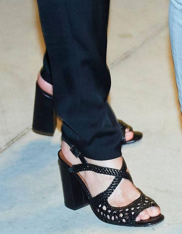 En sandales noires à talons géométriques