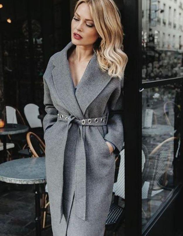 Caroline Receveur et son manteau long