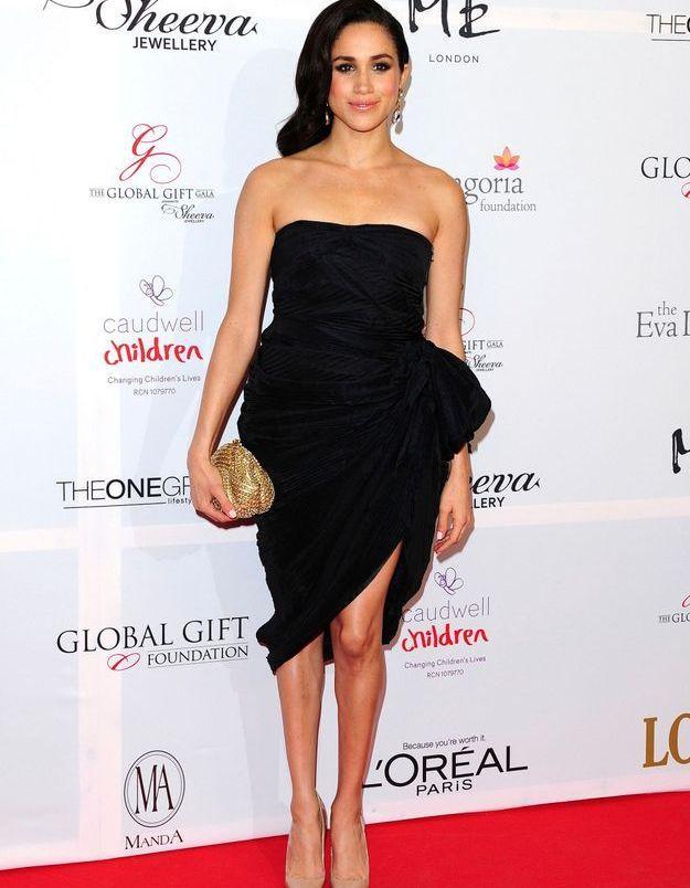 Glamour à souhait, elle opte aussi pour l'indispensable petite robe noire.