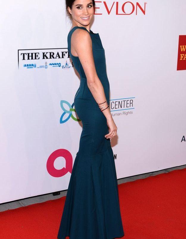 En 2014 Meghan Markle est sublime dans une robe bleue pétrole.