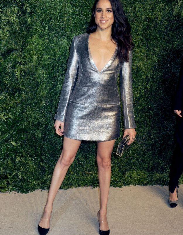 En 2015, elle brille dans une robe courte à manches longues.