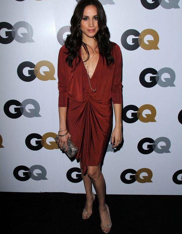 2016 robe drapée rouge, elle rayonne pour la soirée GQ.
