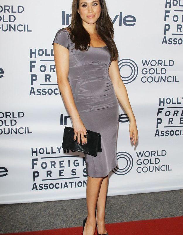 Chic et glamour elle tente une robe grise et c'est réussi.