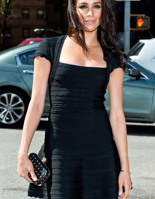 En 2014, elle arpente les rues avec une jolie robe noire.