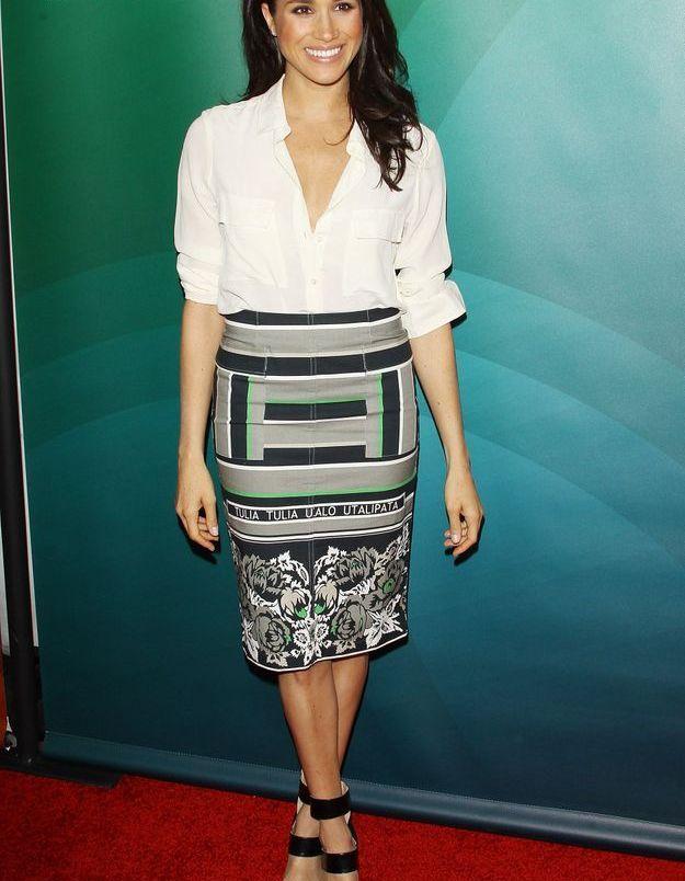 2014, elle rayonne avec une tenue mixte, jupe et chemise.