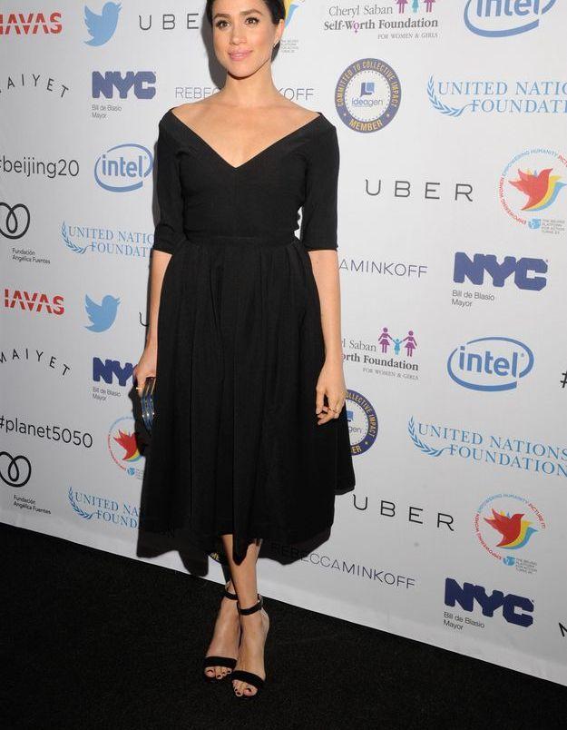 En 2015, elle assure avec une robe à large encolure.