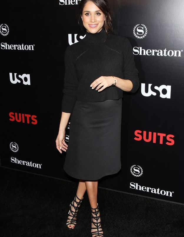 """Pour présenter la saison 5 de """"Suits"""", elle se pare de noir."""