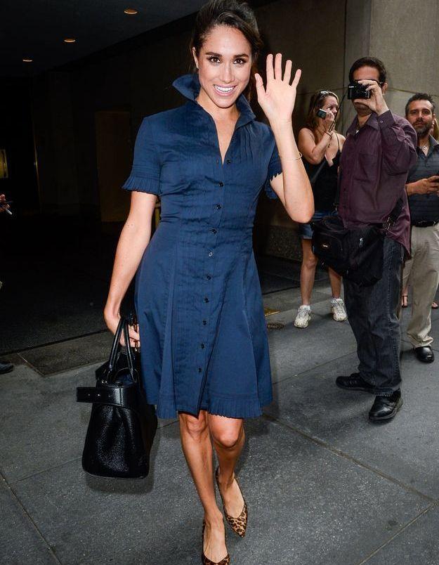 En 2016, elle porte une robe chemise cintrée.