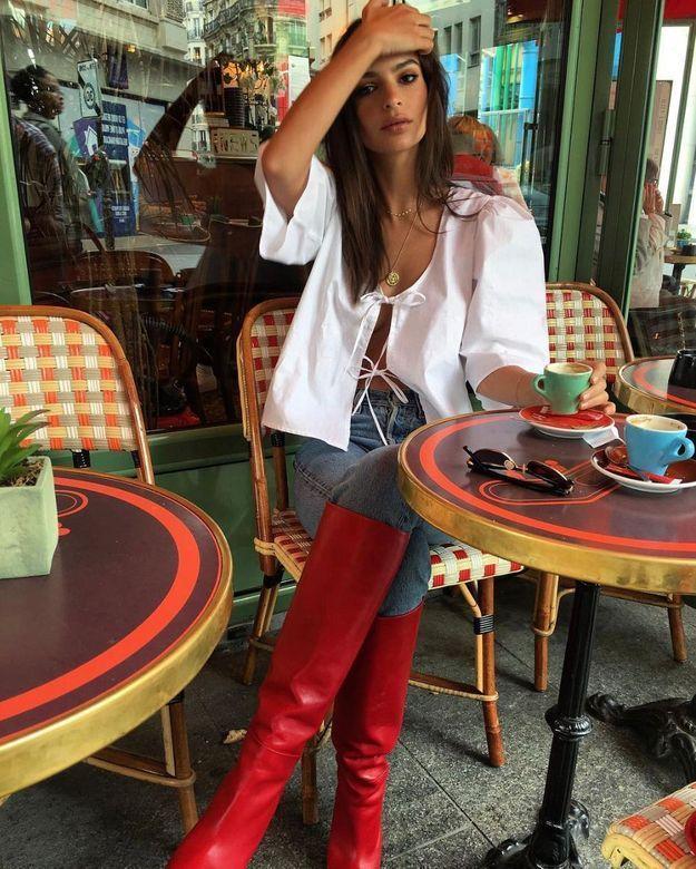 Emrata en blouse ajourée et bottes rouges