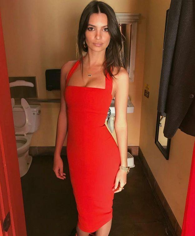 Emrata en robe rouge