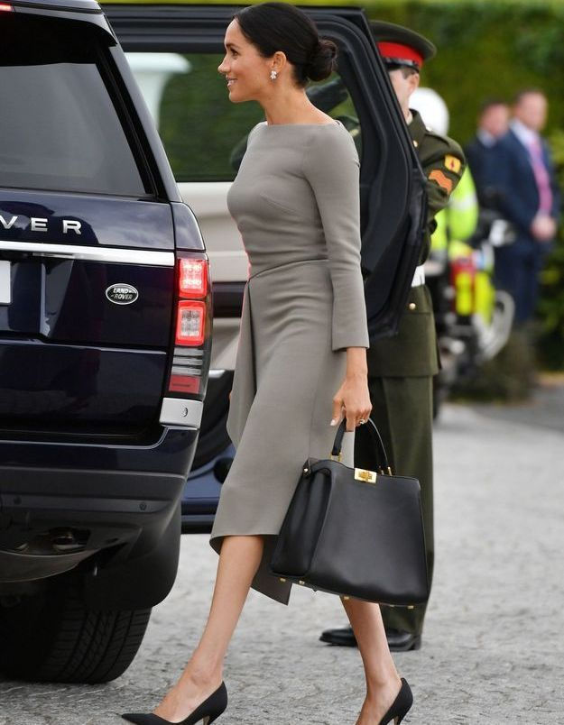 Meghan Markle a opté pour une robe Roland Mouret et sac signé Fendi.