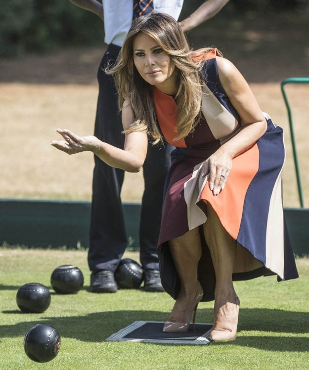 """Melania joue aux boules au Royal Hospital Chelsea avec les """"Chelsea Pensioners"""""""