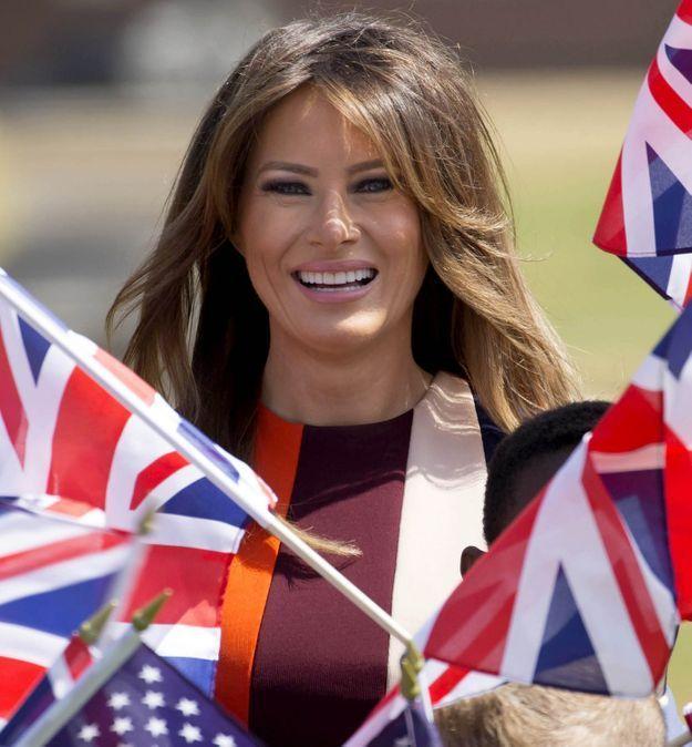 Melania Trump entourée de drapeaux