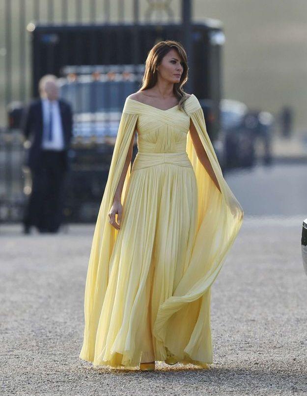Melania Trump en robe-cape mousseline signée J.Mendel