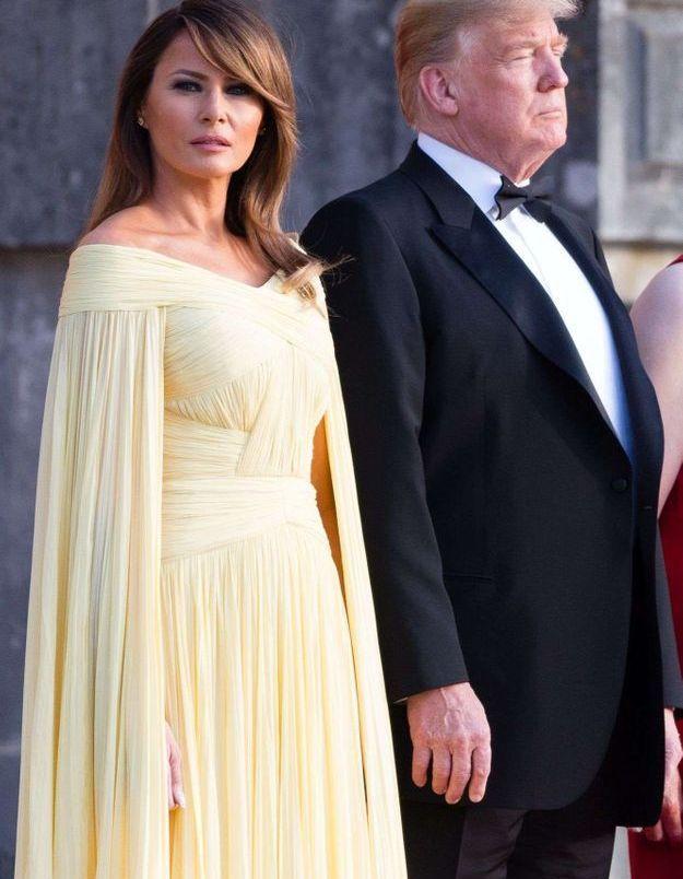 Melania Trump en robe cape mousseline, signée J.Mendel