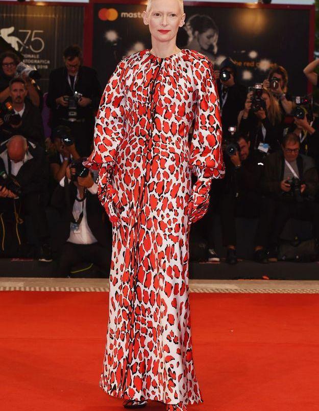 Tilda Swinton sur le tapis rouge de la Mostra