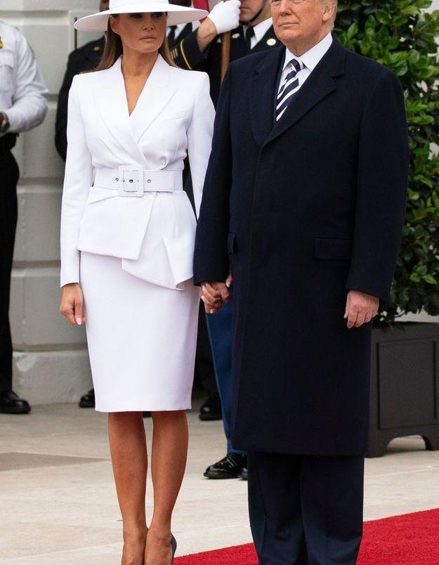 Melania Trump en tailleur Michael Kors monochrome au côté de Donald Trump.