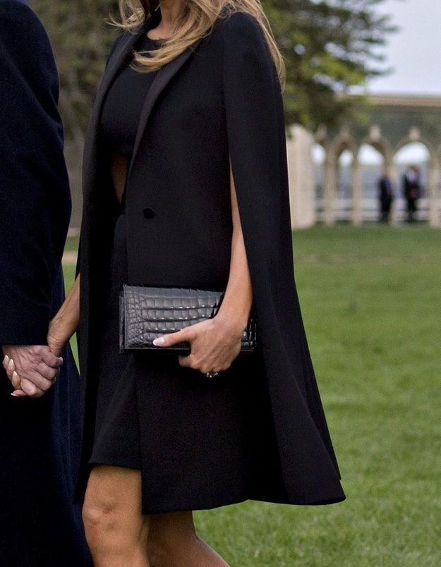Melania Trump toute de noir vêtue alors que les présidents Macron et Trump plantent un chêne dans les jardins de la Maison Blanche.