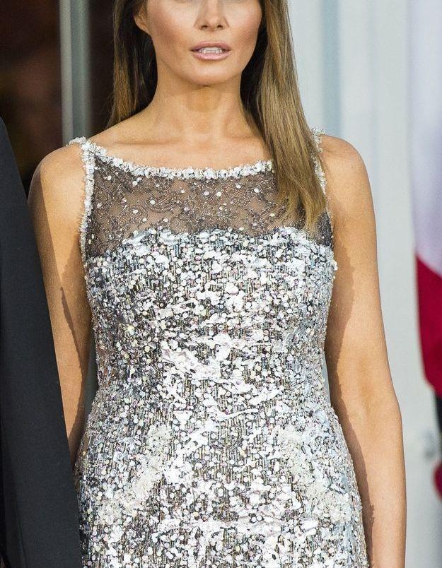 Une pluie de sequins argentés pour cette tenue Chanel.