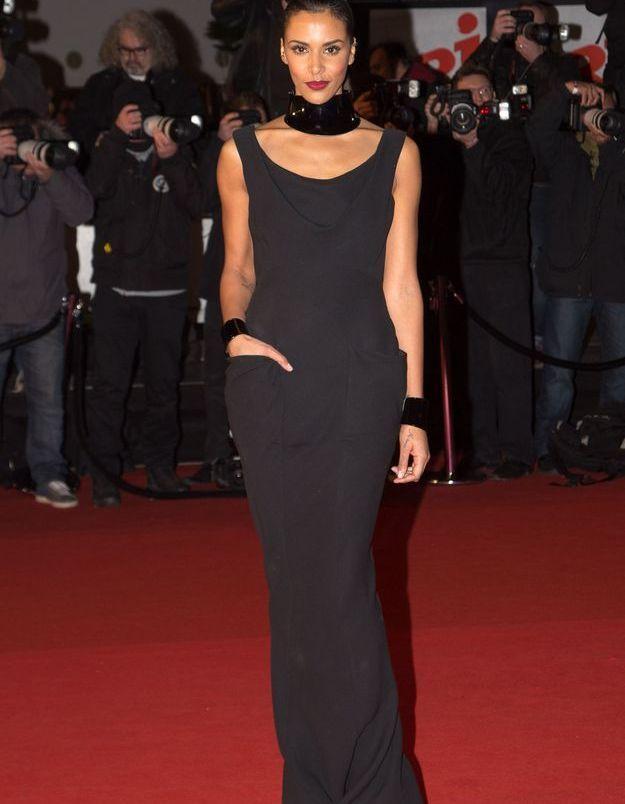 Robe noire et collerette aux 15ème NRJ Music Awards