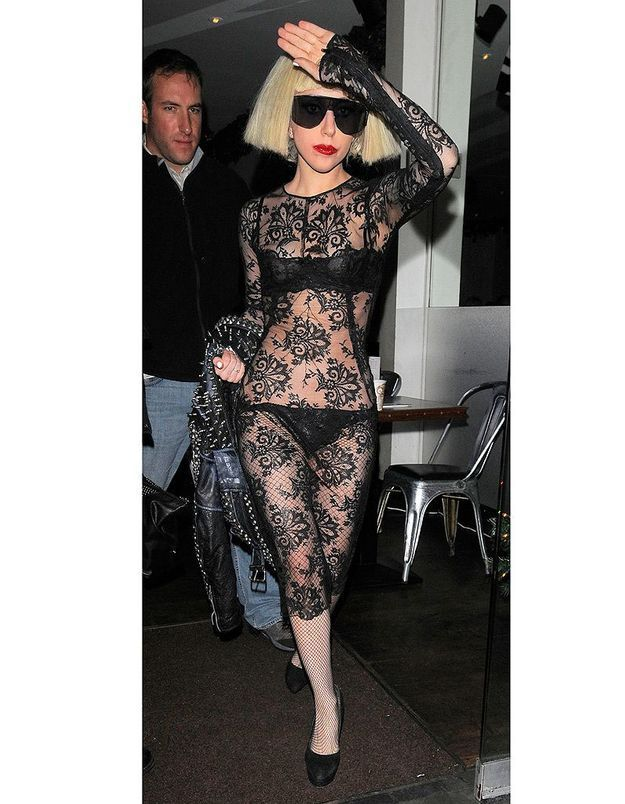 Lady Gaga en robe transparente noire