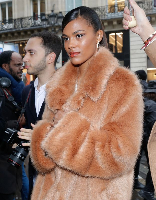 Tina Kunakey : son accessoire original pour un look glamour