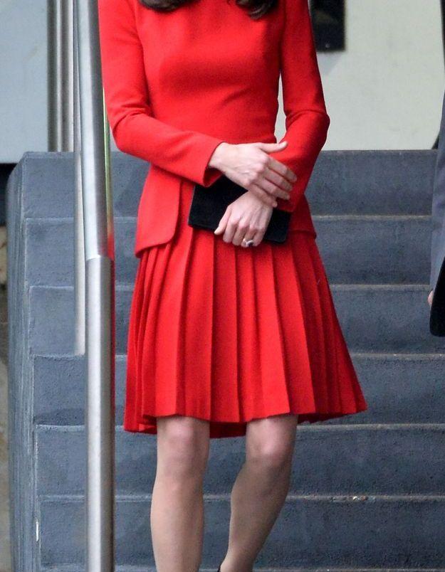 Kate Middleton et sa robe rouge en décembre 2015, lors de la fête de Noël donnée au Anna Freud Centre Family School de Londres.