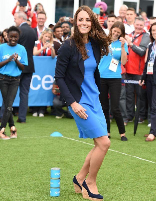 Kate Middleton et ses talons compensés en juillet 2014, lors de la visite du Commonwealth Games Village à Glasgow.