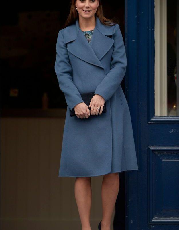 Kate Middleton et son manteau bleu en février 2015 lors de la visite d'une fabrique de tasses à Staffordshire.