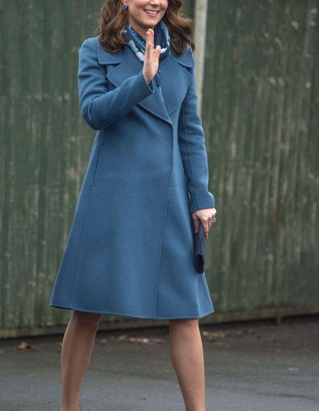 Kate Middleton et son manteau bleu en janvier 2018 durant la visite d'une école à Londres.