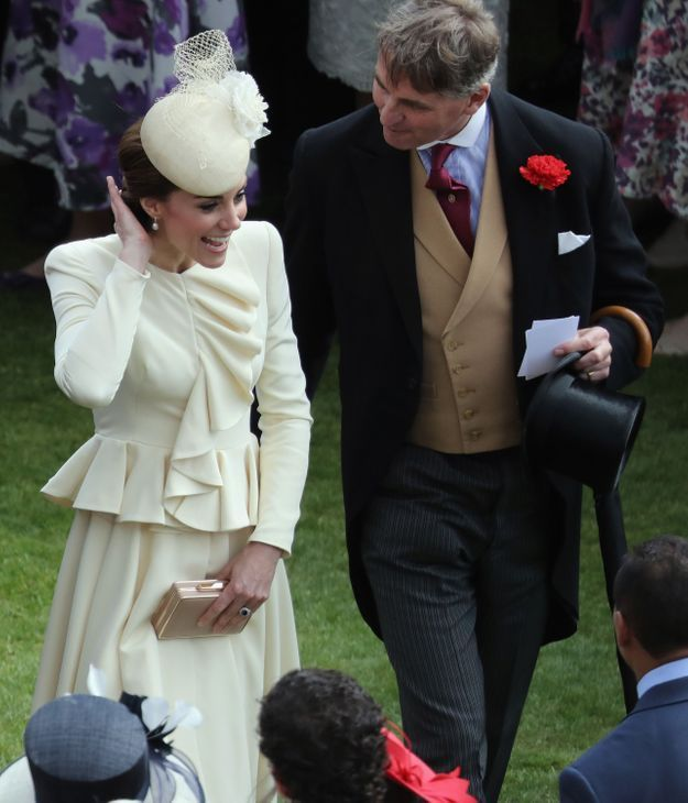 Kate Middleton et son tailleur beige en mai 2016, à la garden party de Buckingham Palace à Londres.