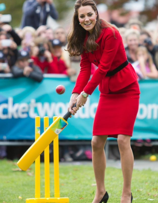 Kate Middleton et son tailleur rouge ceinturé en 2014, durant un match de cricket en Nouvelle Zélande.