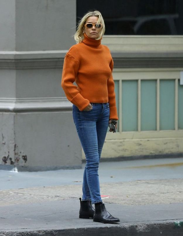 Yolanda Hadid en col roulé orange et bottines chelsea
