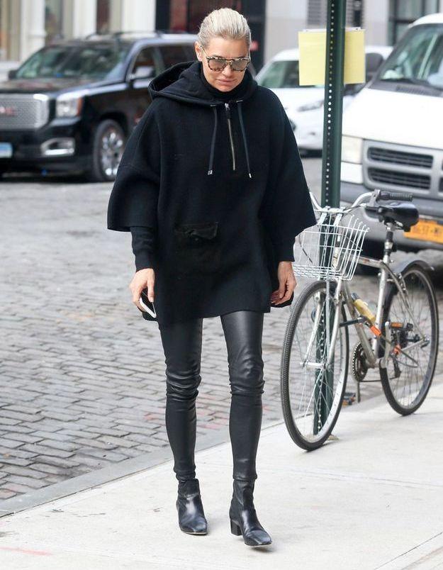 Yolanda Hadid en hoodie XXL et slim en cuir