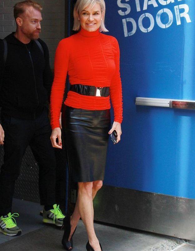 Yolanda Hadid en jupe crayon en cuir et stilettos à découpe