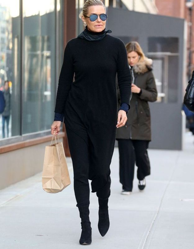 Yolanda Hadid en robe pull et bottes pointues