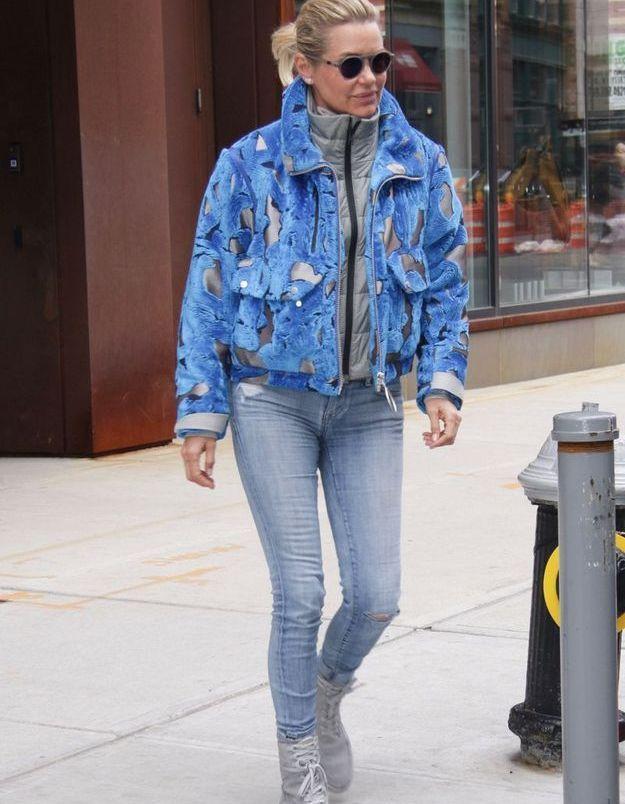 Yolanda Hadid en total look denim et baskets