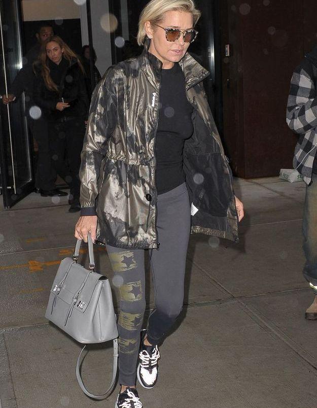 Yolanda Hadid en veste camo et baskets blanches