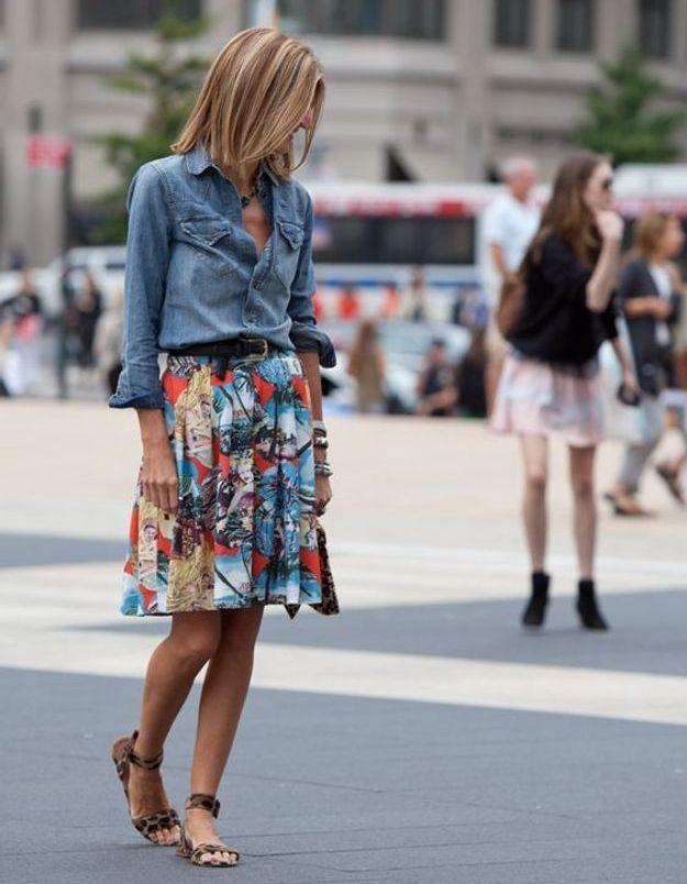 Avec une jupe plissée