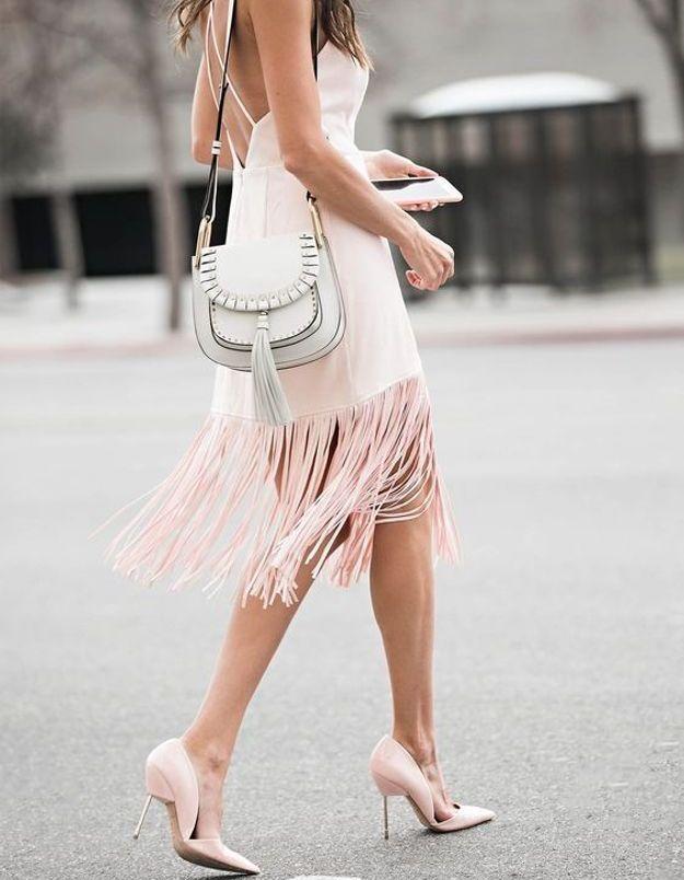Une robe rose à franges