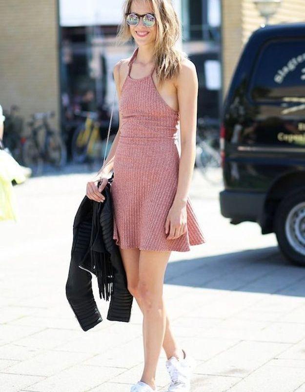 Une robe rose avec des baskets blanches